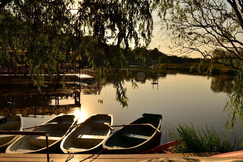 Barcos en el lago en la puesta del sol fotos de archivo libres de regalías