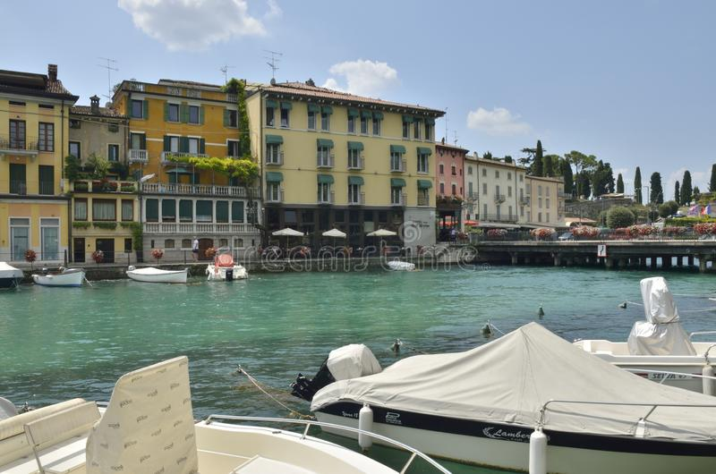 Barcos en el lago Garda imagenes de archivo