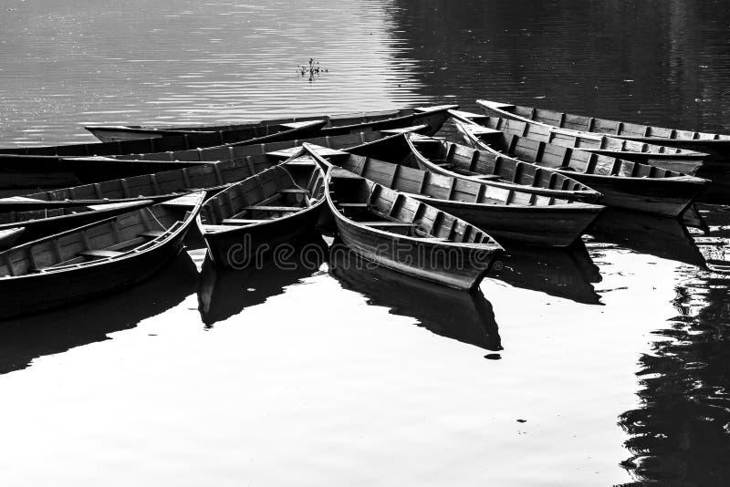 Barcos en el lago Phewa, Pokhara, Nepal Imagen blanco y negro fotografía de archivo libre de regalías