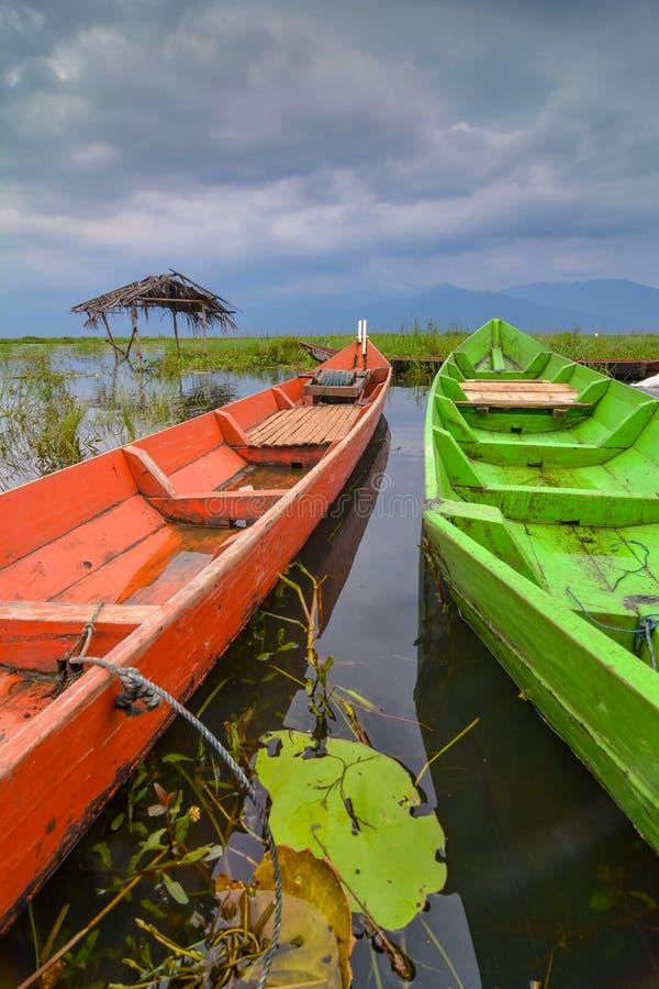 Barcos en el lago Rawapening foto de archivo