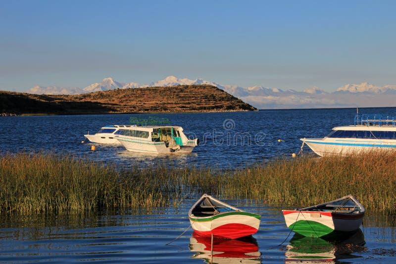 Barcos en el lago Titicaca, isla del sol foto de archivo libre de regalías