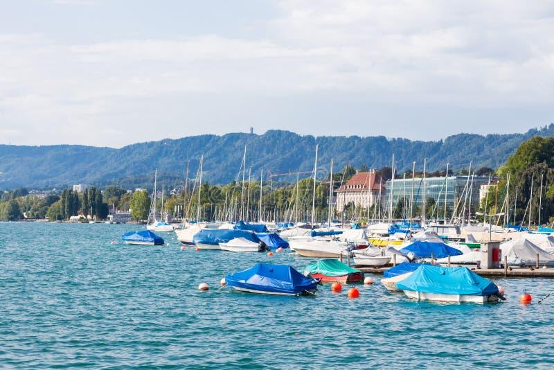 barcos en el lago Zurich, edificios de la ciudad en el fondo El lago Zurich es un lago en Suiza, extendiendo al sureste fotos de archivo libres de regalías