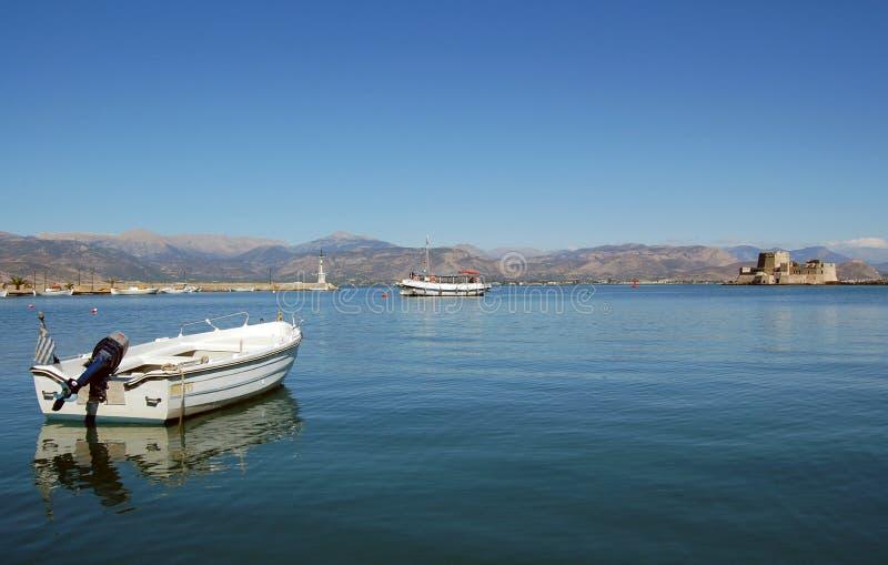 Barcos en el mar tranquilo y el castillo foto de archivo