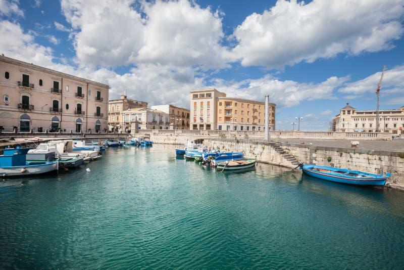 Barcos en el pequeño puerto de Syracuse, Sicilia (Italia) fotografía de archivo