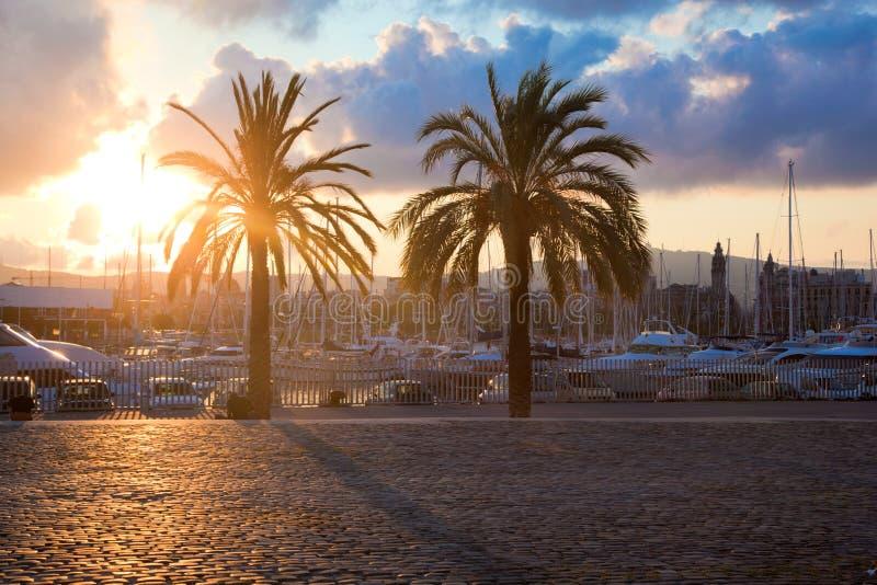 Barcos en el puerto de Barcelona fotografía de archivo