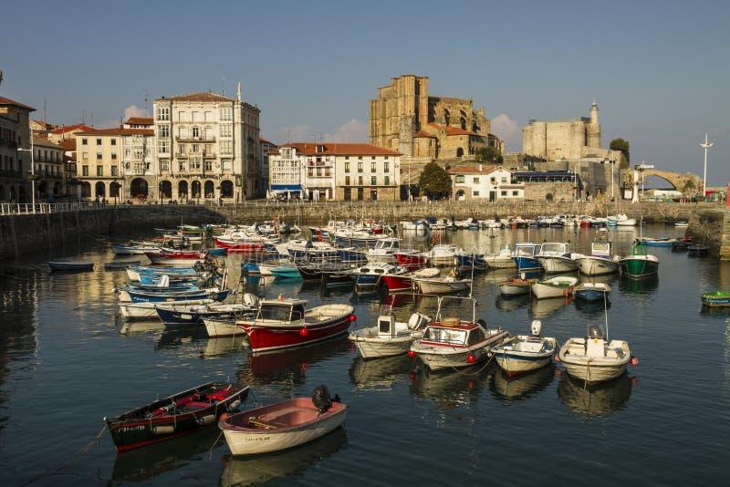 Barcos en el puerto de Castro Urdiales y del Iglesia de Santa María de la iglesia imagenes de archivo