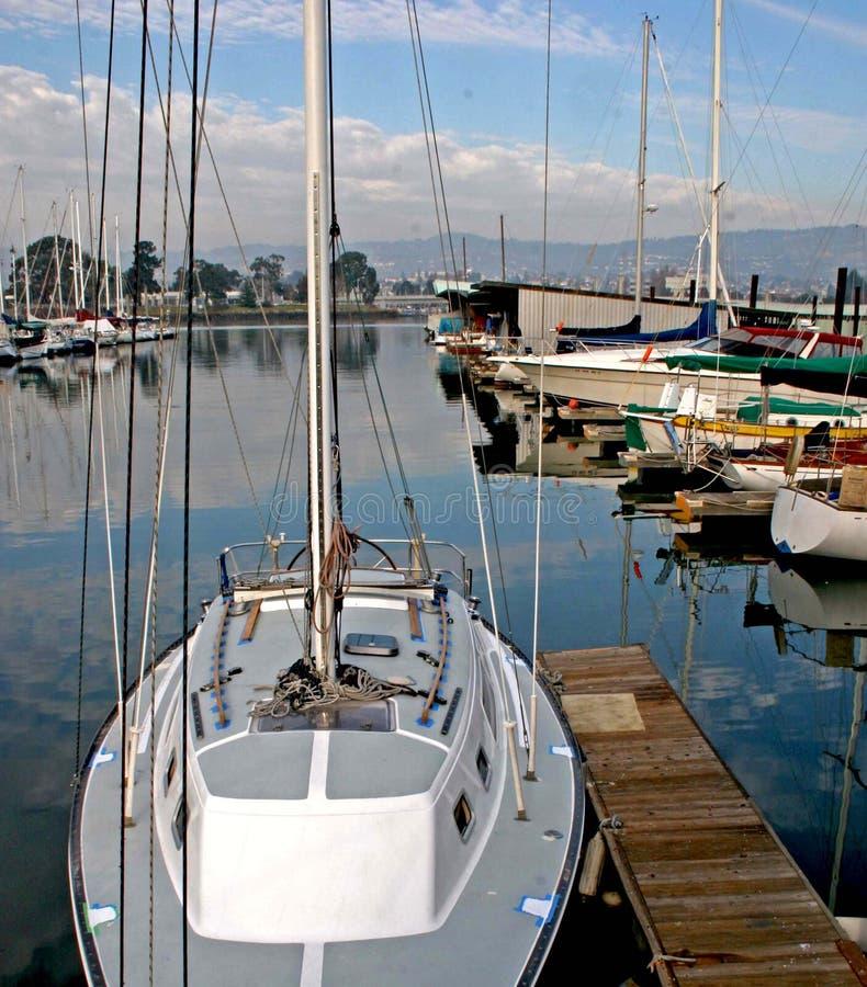 Barcos en el puerto deportivo fotografía de archivo