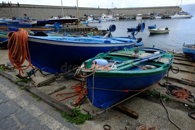 Barcos en el puerto deportivo de la ciudad de Scilla imagen de archivo libre de regalías