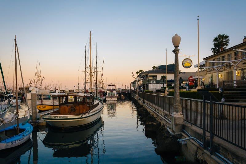 Barcos en el puerto en la puesta del sol, en Santa Barbara, California fotos de archivo