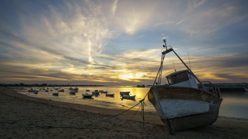 Barcos en el río de Guadalquivir en Sanlucar De Barrameda Cádiz España foto de archivo libre de regalías