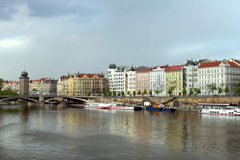 Barcos en el río de Moldava cerca del puente de Juraskuv fotografía de archivo