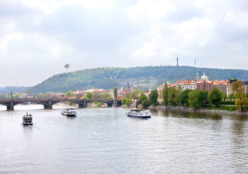 Barcos en el río de Moldava, Praga foto de archivo