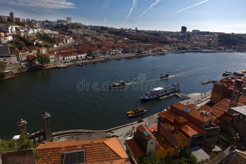 Barcos en el río del Duero en Oporto, Portugal fotografía de archivo