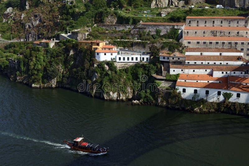 Barcos en el río del Duero en Oporto, Portugal imagen de archivo libre de regalías