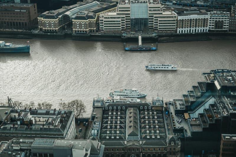 Barcos en el Támesis, Londres, Reino Unido, visión de la travesía de la ciudad desde arriba imagen de archivo