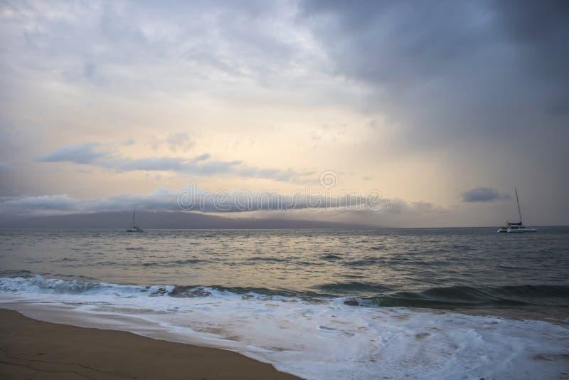 Barcos en horizonte bajo paisaje marino nublado de la puesta del sol con el App del huracán fotografía de archivo libre de regalías