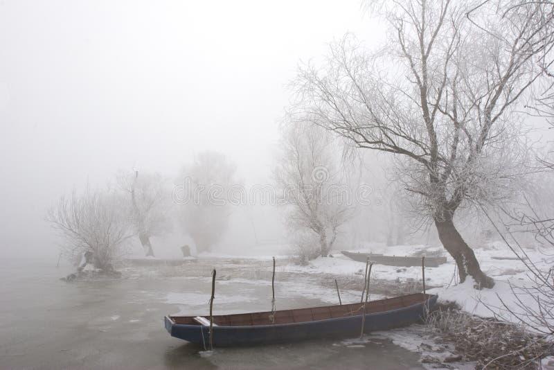 Barcos en invierno de Danubio del río el mediados de fotos de archivo libres de regalías