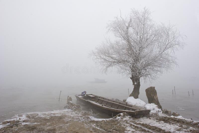 Barcos en invierno de Danubio del río el mediados de imagen de archivo libre de regalías