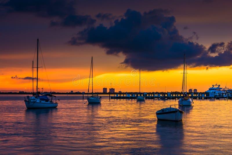 Barcos en la bahía de Biscayne en la puesta del sol, vista de Miami Beach, la Florida fotos de archivo libres de regalías