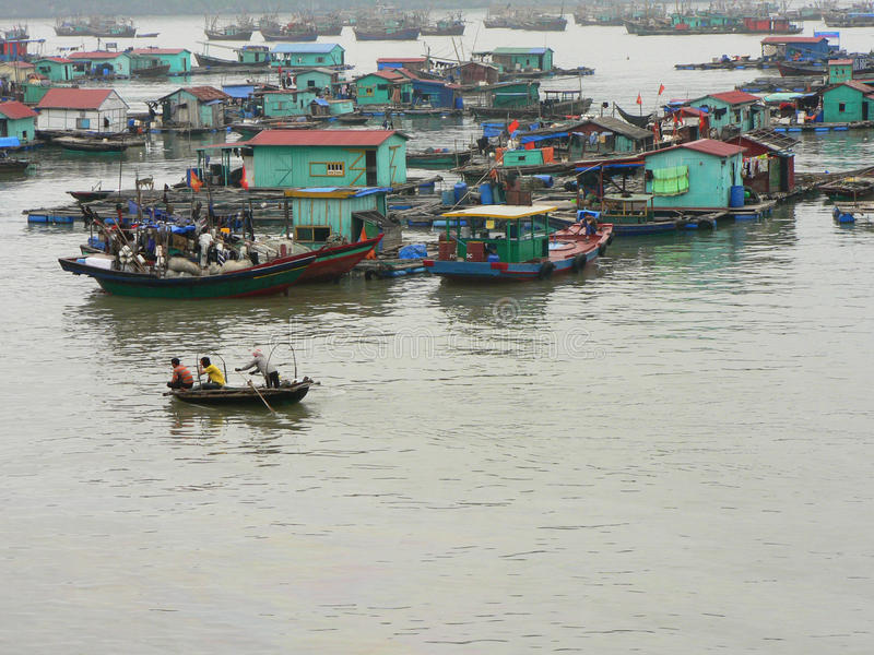 Barcos en la bahía de Halong, Vietnam. imagen de archivo