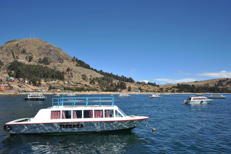 Barcos en la ciudad de Copacabana en el lago Titicaca fotos de archivo