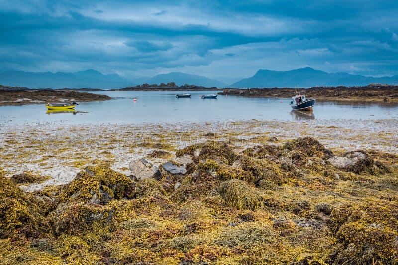 Barcos en la costa durante la bajamar en Escocia fotos de archivo libres de regalías