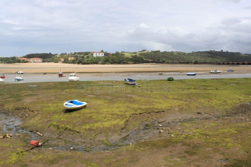 Barcos en la costa, en San Vicente de la Barquera foto de archivo libre de regalías