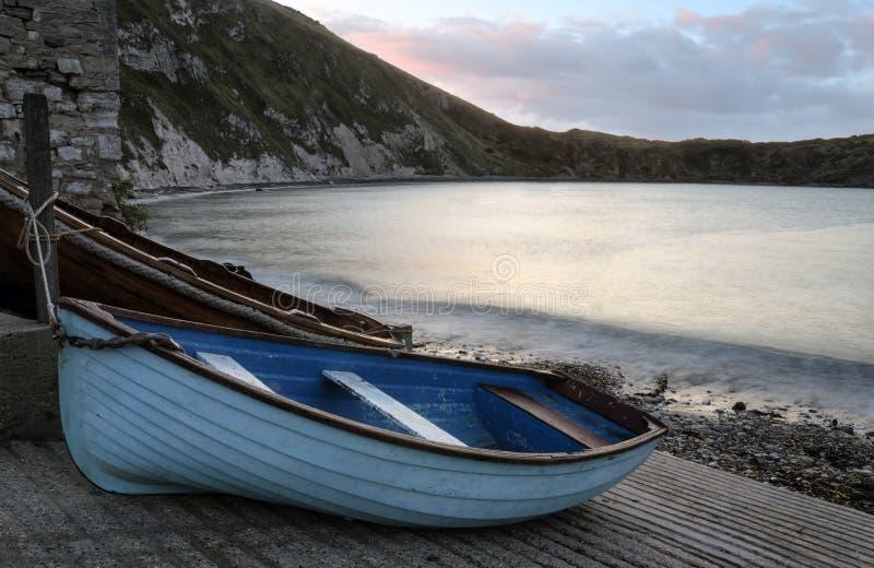 Barcos en la ensenada de Lulworth fotos de archivo libres de regalías