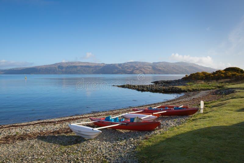 Barcos en la isla de Craignure de la orilla Mull Argyll y del puerto de transbordador cercano británico de Escocia del Bute imagenes de archivo