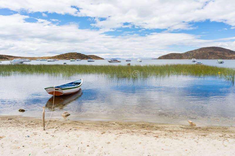 Barcos en la isla del Sun, lago Titicaca, Bolivia foto de archivo