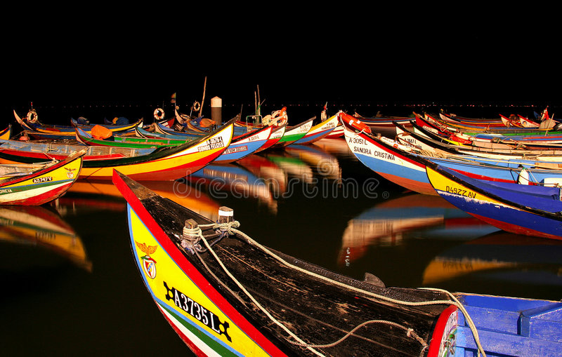 Barcos en la noche imagenes de archivo