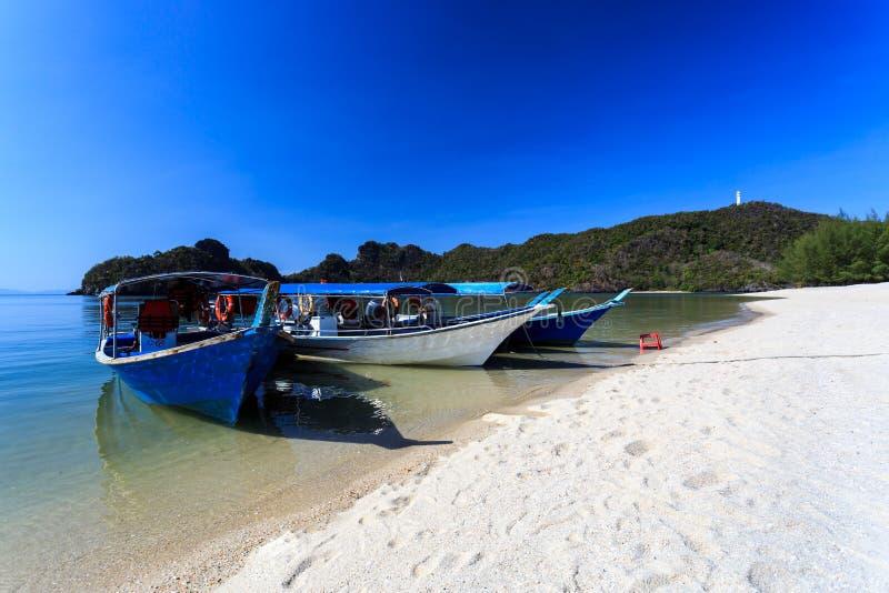 Barcos en la playa de Tanjung Rhu en Langkawi, Malasia fotos de archivo