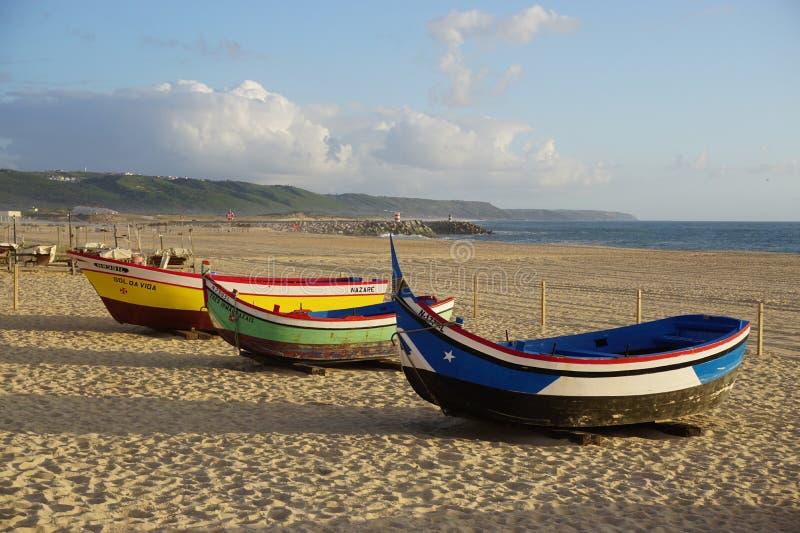 Barcos en la playa en Nazare, Portugal imagen de archivo libre de regalías