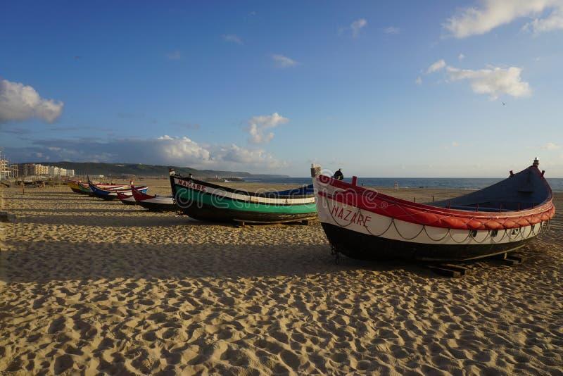 Barcos en la playa en Nazare, Portugal imagen de archivo