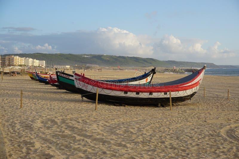Barcos en la playa en Nazare, Portugal fotos de archivo libres de regalías