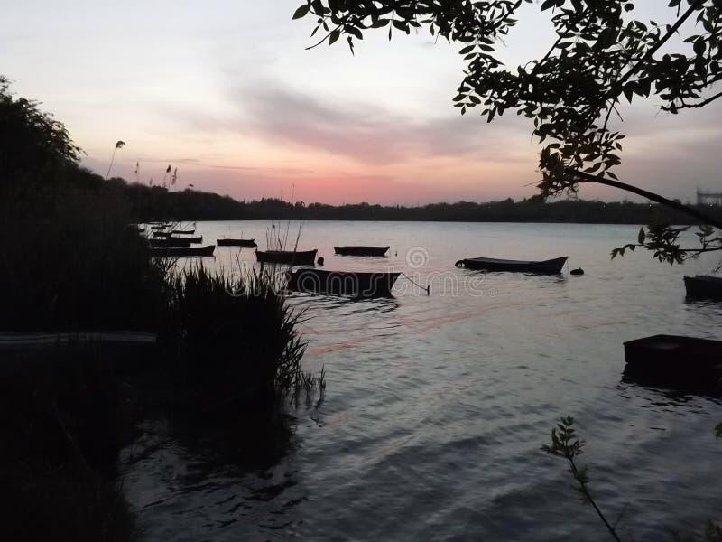 Barcos en la puesta del sol imagen de archivo libre de regalías