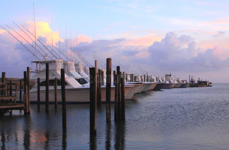 Barcos en la puesta del sol fotografía de archivo libre de regalías