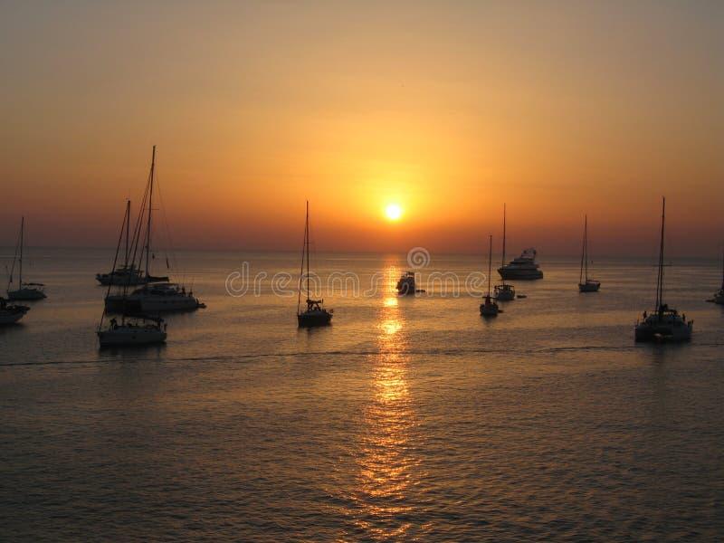 Barcos en la puesta del sol en el mar de Formentera imagen de archivo