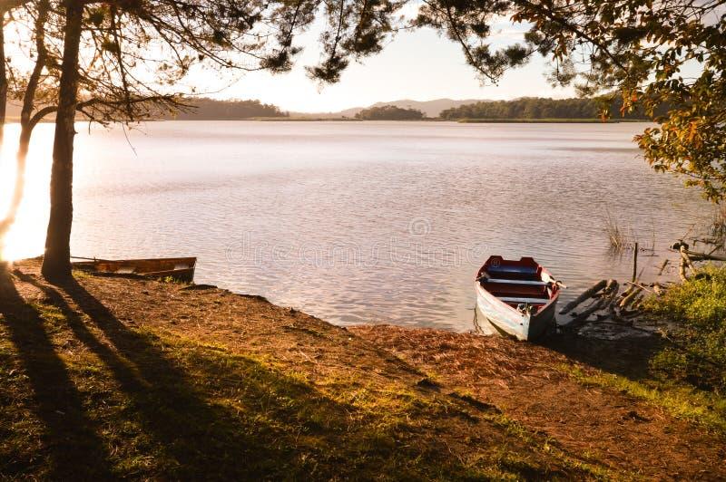 Barcos en la puesta del sol en el parque nacional Chiap de Lagunas de Montebello imagen de archivo libre de regalías