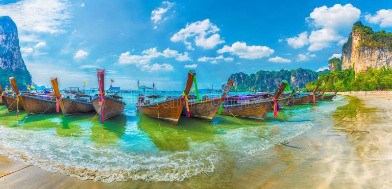 Barcos en la región de Krabi de la playa de Railay, Tailandia de la cola larga fotografía de archivo libre de regalías