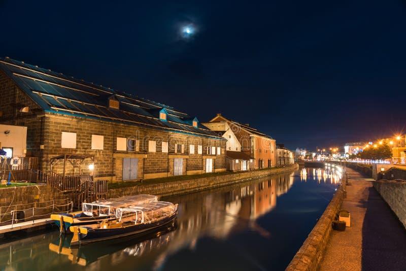 barcos en los canales de Otaru en la oscuridad fotos de archivo libres de regalías