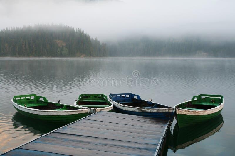 Download Barcos en mañana brumosa foto de archivo. Imagen de montaña - 1297296