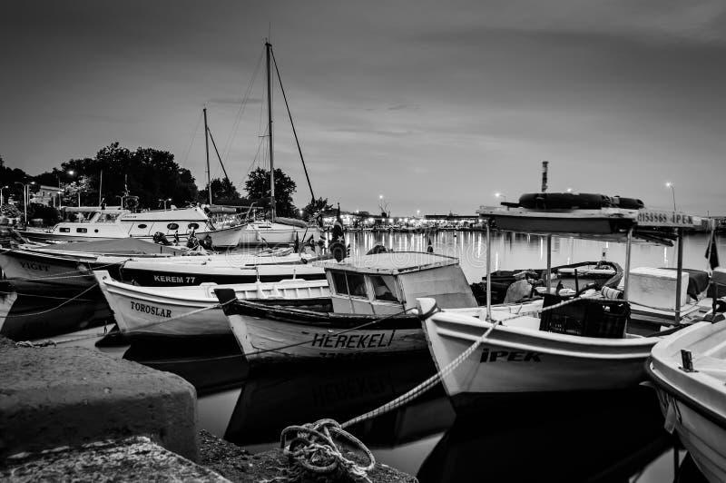 Barcos en muelle en la noche fotos de archivo libres de regalías