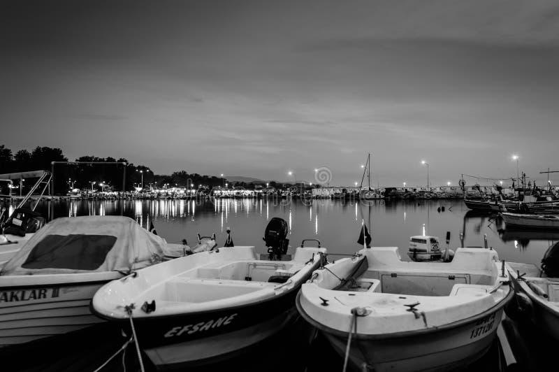 Barcos en muelle en la noche imagen de archivo libre de regalías