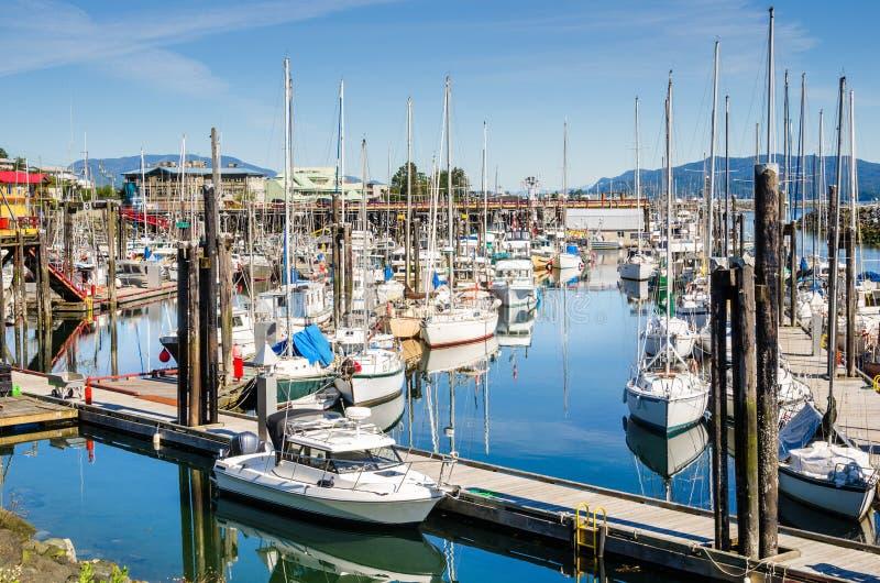 Barcos en puerto y reflexión en agua foto de archivo libre de regalías