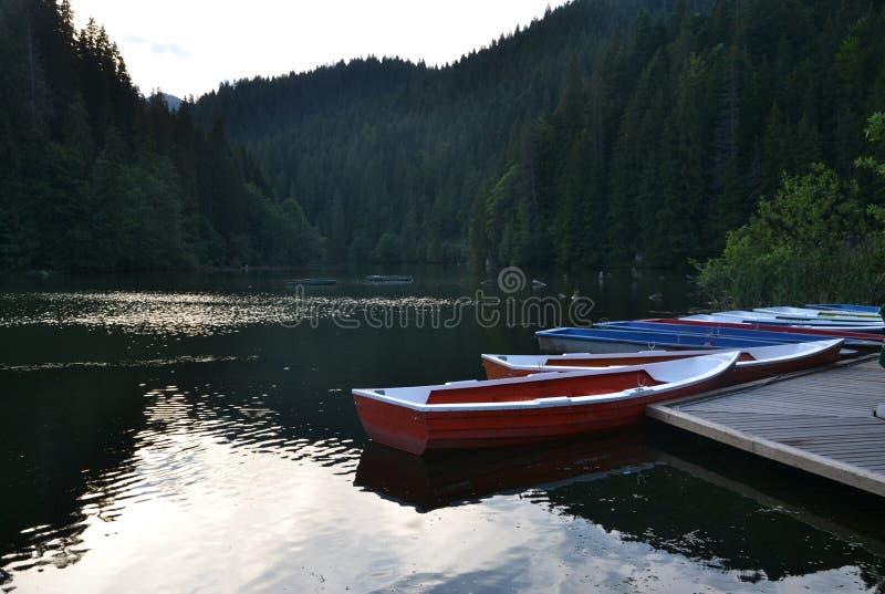 Barcos en un lago de la montaña fotografía de archivo