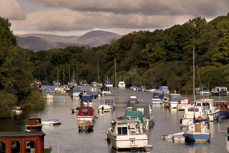Barcos en un lago en las montañas imagen de archivo libre de regalías