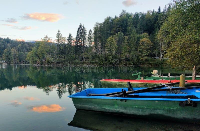 Barcos en un lago verde imagenes de archivo