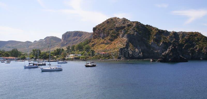 Barcos en un mar, islas de Lipari fotografía de archivo libre de regalías