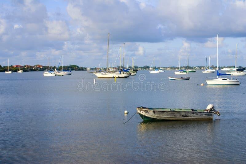 Barcos en una bahía foto de archivo libre de regalías